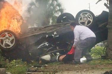 Egy járókelő mentette ki a sofőrt az égő autóból (videó)