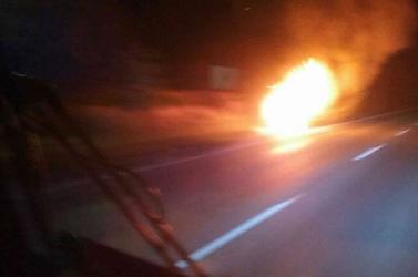 Menet közben gyulladt ki egy autó, a sofőr nem tudta eloltani