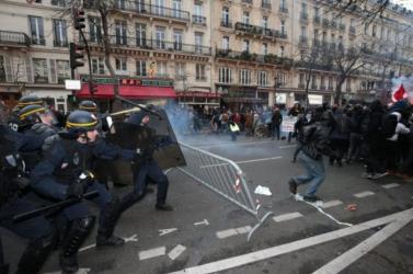 Párizsi klímacsúcs - Összecsaptak rendőrök és tüntetők Párizsban
