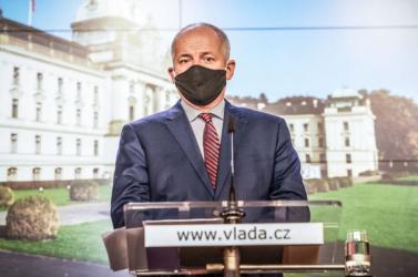 Lemondott a cseh egészségügyi miniszter, miután lefotózta egy bulvárlap, amint maszk nélkül távozik egy vendéglőből
