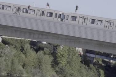 Észmegáll! Mozgó metró tetejéről ugrottak a Dunába a fiatalok (videó)