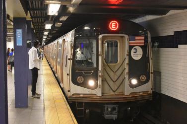 A legforgalmasabb metrómegállóban kívánta meg egymást a pár 18+