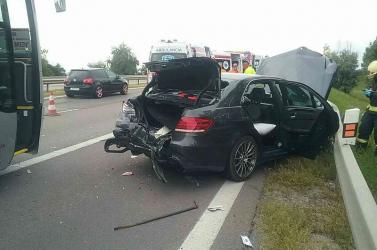 SÚLYOS BALESET: Egy autóbusz és négy személykocsi ütközött, többen megsérültek, köztük egy gyerek is