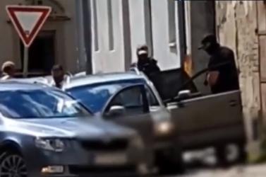 Rendőrségi akció: a nyílt utcán csaptak le a dílerre a fegyveres rendőrök (videó)