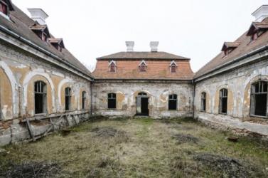 EU-s pénzből újítanák fel az elhagyatott Esterházy-kastélyt Zselízen