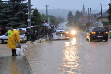 ÁRVÍZ: A kiadós felhőszakadások után áradás fenyeget több régióban – harmadfokú készültség