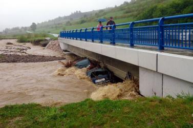 Autókat sodort el az árvíz Kelet-Szlovákiában