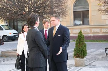 Fico visszatért a tett színhelyére, Komáromban tanácskozik a szlovák kormány
