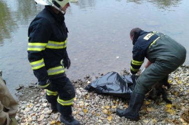 Bomlásnak indult holttestet találtak Dunacsúnnál
