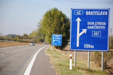 Kétnyelvű tábla: A közútkezelők köszönetet mondtak a Kétnyelvű Dél-Szlovákia csoportnak