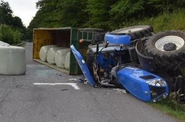 SZÖRNYŰ: Fiatal traktoros zuhant a jármű alá, miközben az felborult