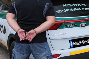 Akár 25 évet is kaphat a rendőrökre támadó agresszív férfi