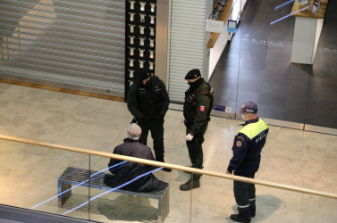 Az idős férfi a bezárt boltok előtt ücsörgött egy pozsonyi bevásárlóközpontban, a rendőröket kinevette