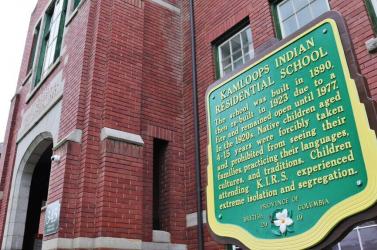Több mint kétszáz gyerek földi maradványait találták meg Kanadában egy egykori bentlakásos iskola területén