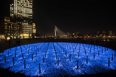 Százezer fénykibocsátó kőből készült emlékmű Hollandiában a holokauszt áldozatainak emlékére