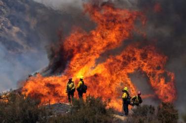 Nyolcezer embert ki kellett költöztetni otthonából Kaliforniában gyorsan terjedő bozóttüzek miatt