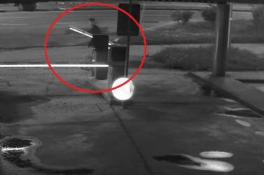 Összeveszett barátnőjével, a sorompón vezette le dühét egy fiatal – mindent rögzített a biztonsági kamera (videó)