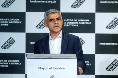 Ismét a pakisztáni bevándorlók gyermekeként Londonban született Sadiq Khant választották a brit főváros polgármesterévé