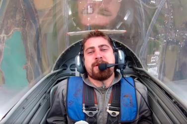 Vadászgéppel reptették meg Peter Sagant, a kerékpáros feje pillanatok alatt változtatta a színét, majd egy műanyag táska is előkerült (VIDEÓ)