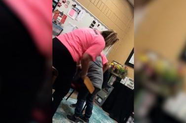 BRUTÁLIS: Megrongált számítógép miatt lapáttal ütlegelt egy hatéves gyereket az iskolaigazgató (videó)