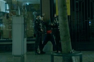 Videóra vette egy tévéstáb, ahogy őrizetbe veszik a brüsszeli orgiáról menekülő Szájer Józsefet