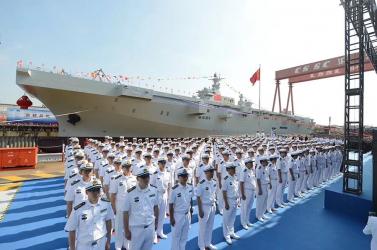 Kínában bemutatták az ország első saját fejlesztésű, partraszállító hadihajóját