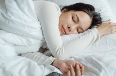 Csökkenti a szívmegállás kockázatát az egészséges alvás