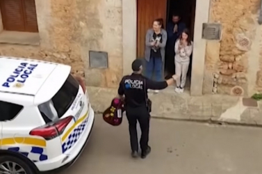 Gitárral, énekkel szórakoztatta a rendőr a lakásaikba zárt spanyolokat – VIDEÓ