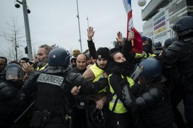 Könnygázzal oszlatta a rendőrség Párizsban a sárgamellényesek tüntetését