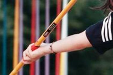 HALÁLOS SPORTBALESET: Halálra sebzett a gerely egy atlétabírót
