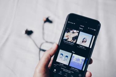 Eltávolítja a Spotify az antiszemita tartalmú lejátszási listákat