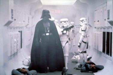 Dínókoponyára, droidokra és egyéb filmes relikviákra lehet licitálni Londonban