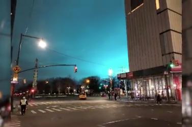 Rejtélyes kék fények borították be az eget, a helyiek UFO-ra gyanakodtak
