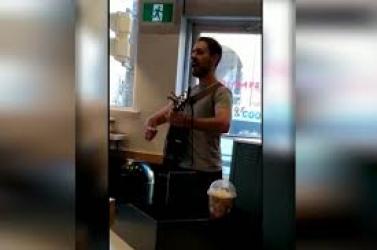 """""""B*sszátok meg, lelépek"""" – énekelte a főnökének, majd felmondott a munkahelyén (VIDEÓ)"""
