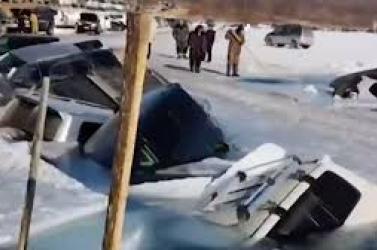 VIDEÓ: Rossz helyen parkoltak a horgászok, harminc autót nyelt el a jeges víz