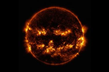 A NASA posztolt egy fotót, amin a Nap úgy néz ki, mint egy mosolygó töklámpás