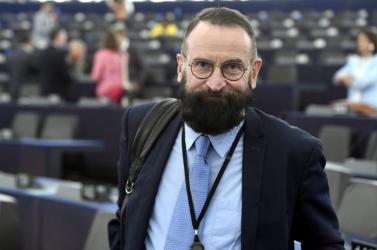 Végkielégítés ütheti a markát a szexorgiárólaz ereszcsatornán lecsúszó magyar képviselőnek