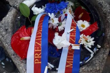 Szemétkosárban végezte a cseh államfő és a kormányfő megemlékező virágcsokra