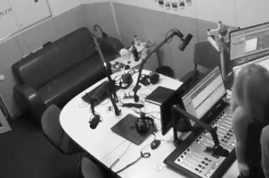 Észmegáll! Adás közben szexelt egyet a rádiós (videó) 18+