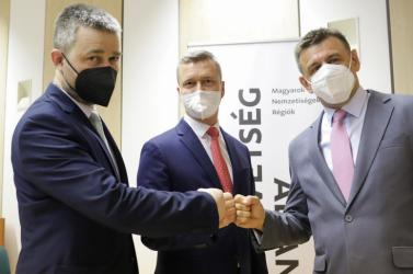 Van abban sok igazság, hogy az egyesülő három magyar párt nem kevés embere képmutató