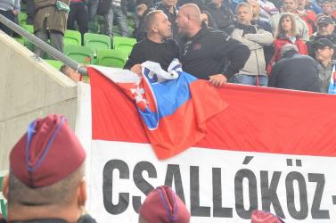 Magyar-szlovák: Rendőrsorfal választotta el a szlovákiai magyarokat a szlovákoktól, kifütyülték a szlovák himnuszt (Videó)