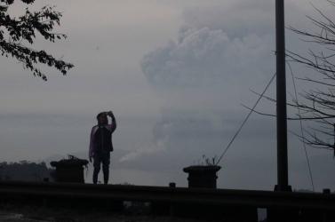 Bármikor robbanhat a Taal-vulkán, már 160 ezren hagyták el lakhelyüket!