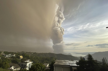 Tízezreket mentenek ki a Taal vulkán térségéből