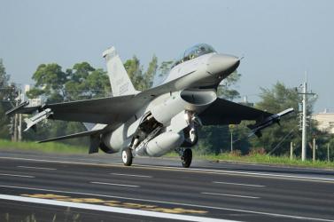 Földre parancsolták az összes F-16-ost Tajvanon, miután gyakorlatozás közben eltűnt az egyik vadászgép