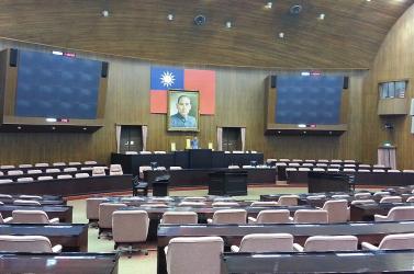 Ennyi disznóság még nem repkedett a parlamentben: az ellenzéki Matovičot idézi az a cirkusz, ahogya tajvani képviselők tiltakoznak (VIDEÓ)