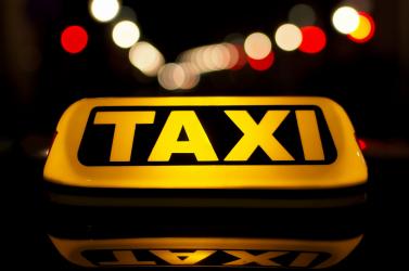 Felesleges köröket tett a taxissal, majd megvágta a nyakán és elhajtott a kocsijával!
