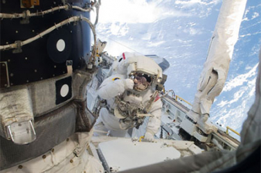 Az Atlantis babaváró űrhajósai megkezdték az űrsétát