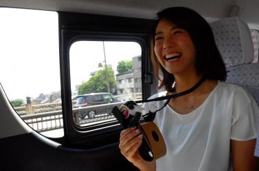 Humanoid robot tart idegenvezetést a taxizó turistáknak