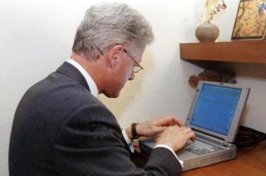 Elárverezik azt a laptopot, amelyről először küldött e-mailt Bill Clinton