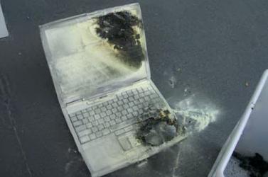 Laptop robbant az idős nő arcába